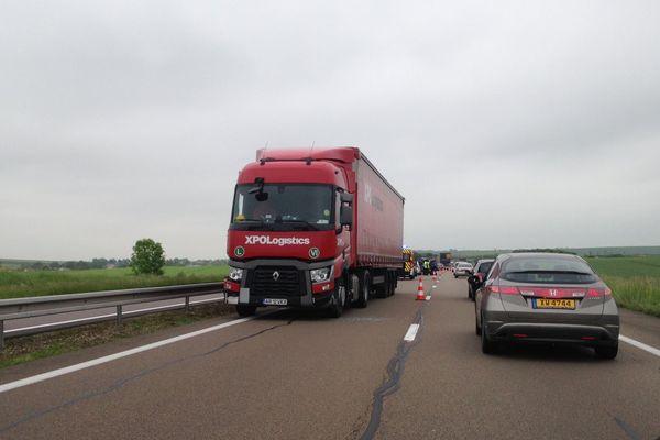 Le camion accidenté immobilisé en sens inverse sur la voie de gauche.