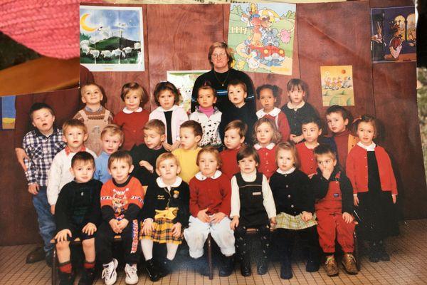 La photographie de classe de Nils. Sa mère a découpé aux ciseaux le visage de l'instituteur Benoît Pérotin.