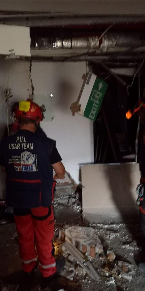 Un secouriste de l'association Pompiers de l'Urgence internationale dans les décombres d'un bâtiment, mercredi 3 octobre.