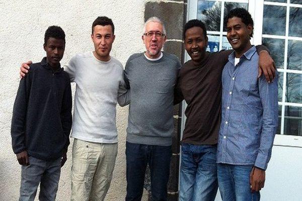 Mars 2016. Gérard Dubois avec des migrants accueillis par sa commune.