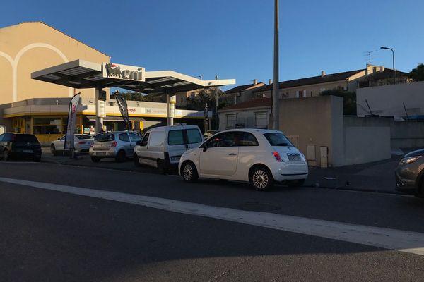 """File d'attente devant la station-service """"Eni"""", à Bonneveine (8e arrondissement de Marseille), mercredi 25 décembre à 9h"""