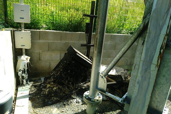 Un troisième relais téléphonique a été incendié la même nuit à Herbeys, près de Grenoble.