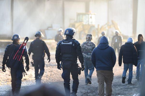 Le 2 janvier, fin de la rave party à Lieuron, à 40 km de Rennes et à laquelle près de 2500 personnes ont participé