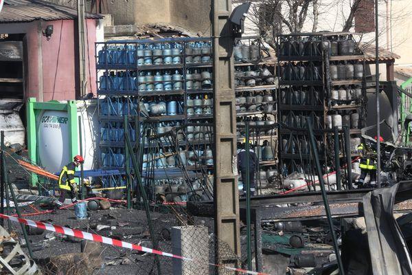 Plus de 3 000 bouteilles de gaz destinées à des particuliers ont brûlé.