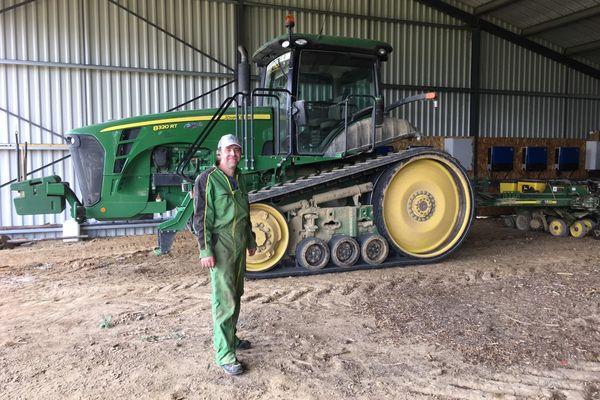 Tarn-et-Garonne - Cyrille Péra devant son tracteur victime à 2 reprises du vol de sa console GPS à Auvillar. juin 2021.
