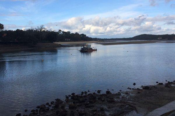 Le dragage du lac devrait débuter mercredi. Il a été retardé de deux jours à cause de problèmes d'acheminement du matériel.