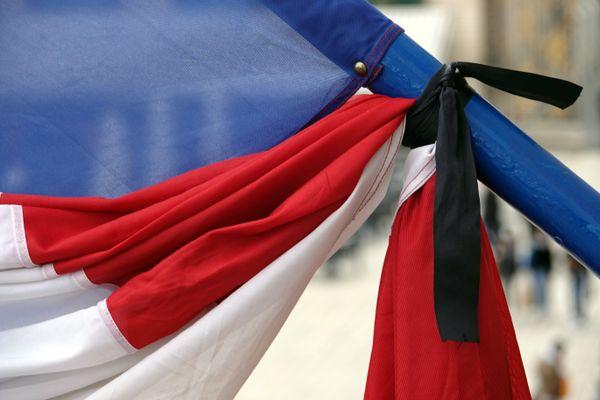 Les drapeaux sont en berne, ce 9 décembre