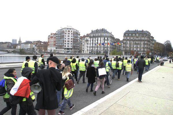 Les gilets jaunes lors de leur première manifestation à Grenoble le 17 novembre 2018 - ARCHIVES