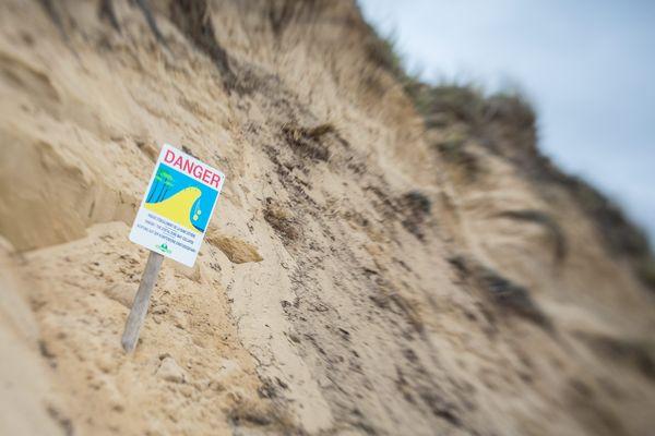 Des panneaux mettent en garde sur les risques liés à l'érosion