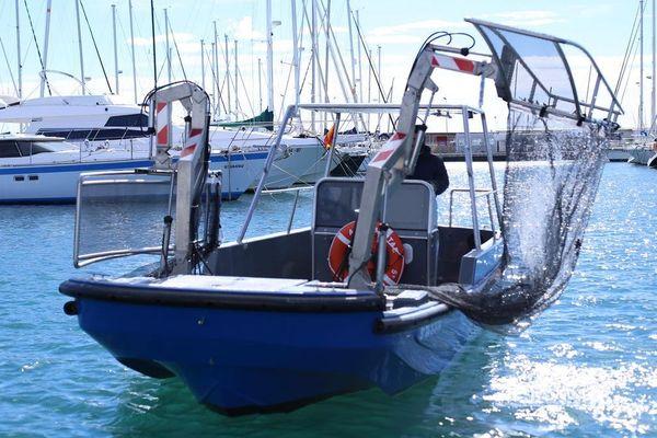 Barge de nettoyage des ports, autre invention de la société catalane Beach Trotters.