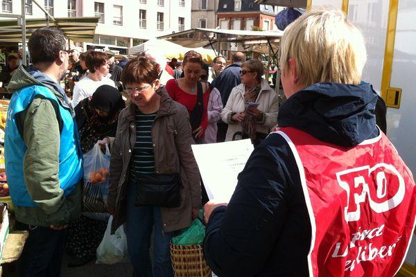 Le personnel de l'hôpital sur le marché de Cherbourg
