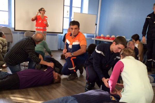 Pompiers, Protection Civile, Croix Rouge : Les trois associations apprennent à la population les bons réflexes, pendant une séance de 2 heures.