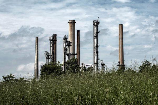 """La FNSEA a annoncé le blocage dès le 10 juin de 13 raffineries et dépôts de carburant, parmi lesquels ceux de Feyzin, Lyon et de Cournon (Puy-de-Dôme), pour dénoncer les """"contradictions"""" d'un gouvernement qui exige de ses agriculteurs des normes qu'il n'impose pas aux importations de matières premières."""