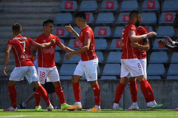 Pour son premier match de la saison, Nîmes s'est imposé face à Brest 4 à 0.