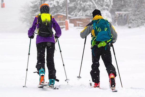 La pratique du ski de randonnée est en plein essor, profitant de la fermeture des remontées mécaniques cet hiver