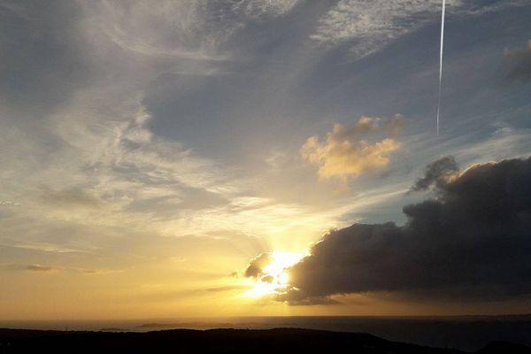 ILLUSTRATION - Lever du soleil sur les Bouches de Bonifacio (Corse du Sud)