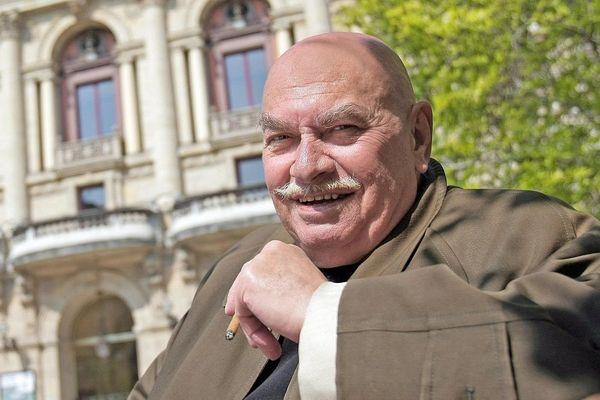 Lyon : le comédien Jean-Marc Avocat devant le théâtre des Célestins - archives