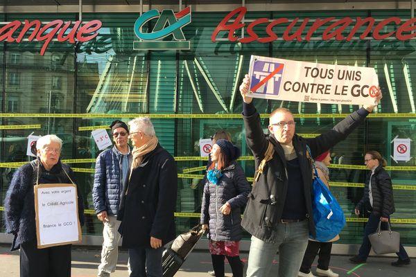 Le Crédit agricole de la place de l'Homme de Fer a été enrubanné et recouvert d'affiches anti-GCO.