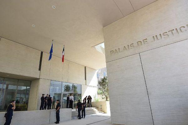Illustration - l'entrée du palais de justice de Béziers