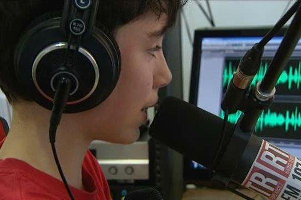 Eliott Castillon, le plus jeune animateur d'une émission de radio en direct
