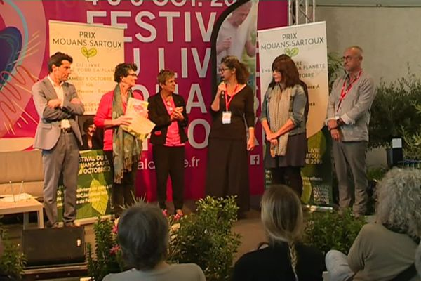 A chaque édition, un prix est remis aux écrivains. Le festival organise aussi de nombreux débats et rencontres.