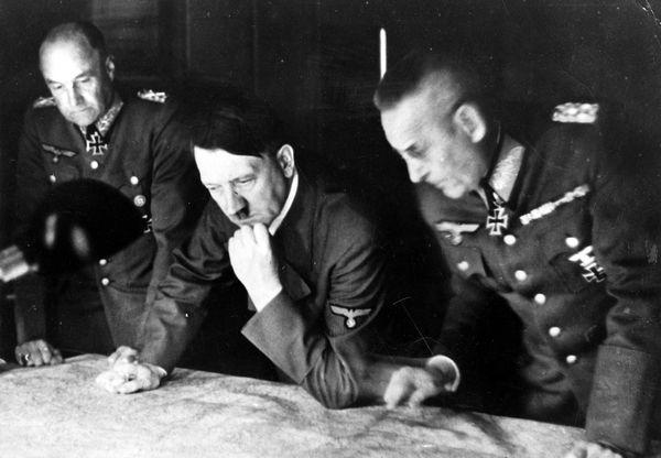 Franz Halder (à droite), aux côtés d'Adolf Hitler et Walther von Brauchitsch en 1941.