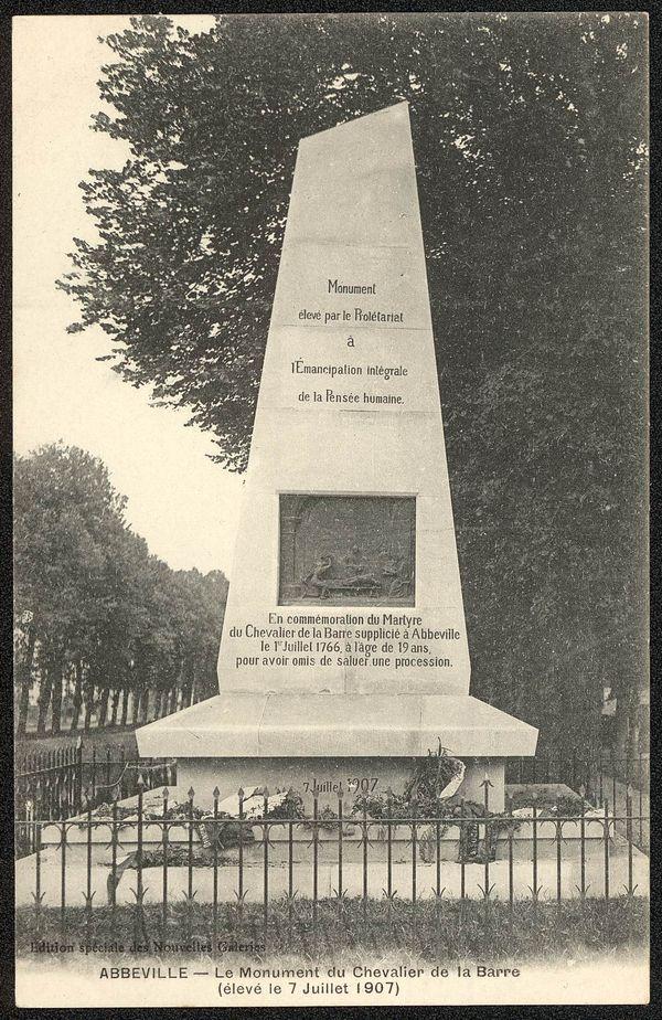 Carte postale du monument commémoratif du Chevalier de La Barre, à Abbeville.