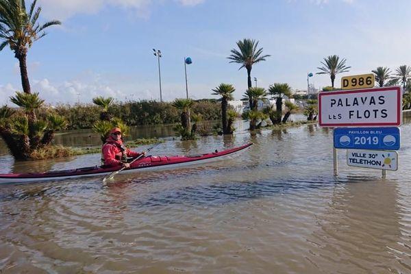 Les fortes crues à Palavas-les-Flots du 23 novembre 2019 ont inspiré quelques kayakistes.