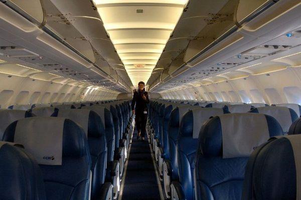 Un hôtesse d'Air France à l'intérieur de l'avion