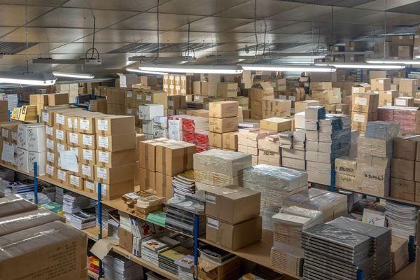 Dans les entrepôts de Coop Breizh à Spézet, en centre-Finistère, une seule salariée vient chaque jour préparer les commandes passées sur le site internet.  La moitié des 24 salariés est en chômage partiel.