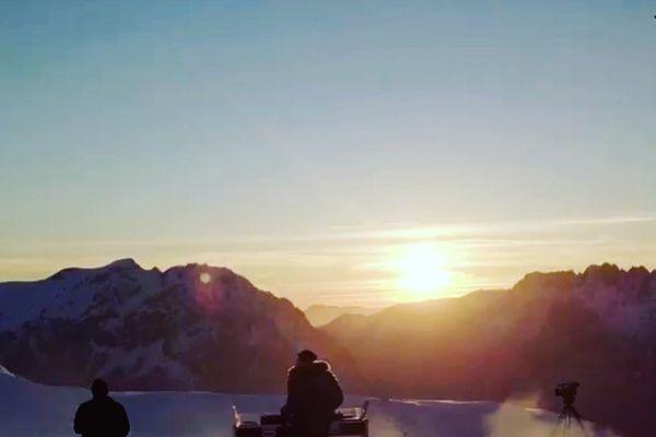 L'enregistrement de la vidéo a débuté à 18 h 30 pour ne pas rater le coucher du soleil.