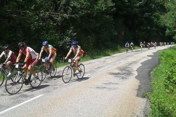 Les cyclotouristes dans la terrible montée du plateau de Beille, en Ariège.