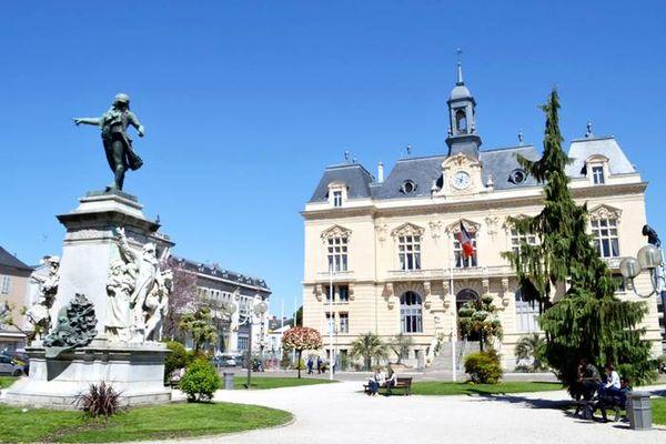 Tarbes (Hautes-Pyrénées) - l'hôtel de ville et la place principale - archives