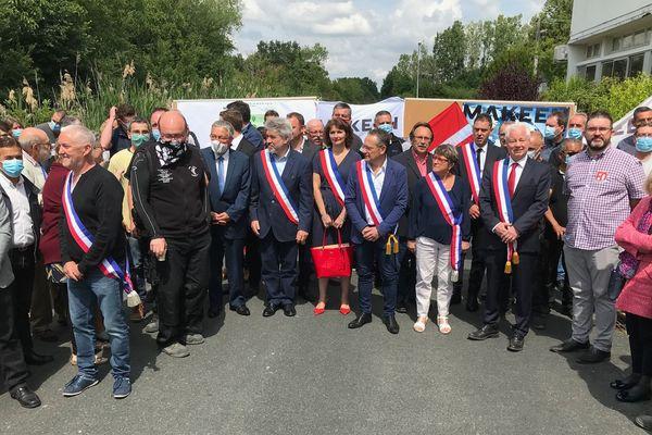 Mercredi 10 juin 2020, les salariés et beaucoup d'élus de la région sont réunis devant l'entreprise Makeen Energy pour protester contre sa probable liquidation judiciaire - Buzançais dans l'Indre