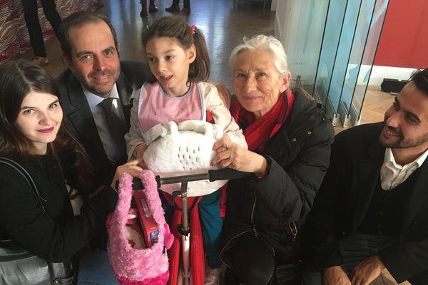 Morgane, 8 ans, aux côté d'Yves Moraine, maire de secteur et de sa famille