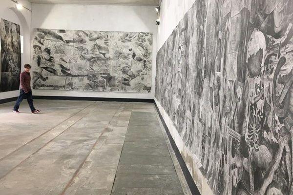 La fresque de dessin de 35 mètres de graphite sur papier, à la galerie d'art contemporainEspace à Vendre à Nice