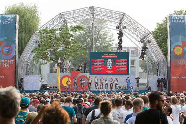 Soirée de présentation des équipes du tour de France sur le podium à Utrecht (Pays-Bas) le 2 juillet 2015