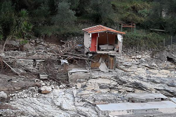 Une partie de cette maison située dans le hameau de Piene basse (Breil-sur-Roya, Alpes-Maritimes) a été emportée par la Roya lors du passage de la tempête Alex le 2 octobre 2020. Elle est aujourd'hui suspendue dans le vide.