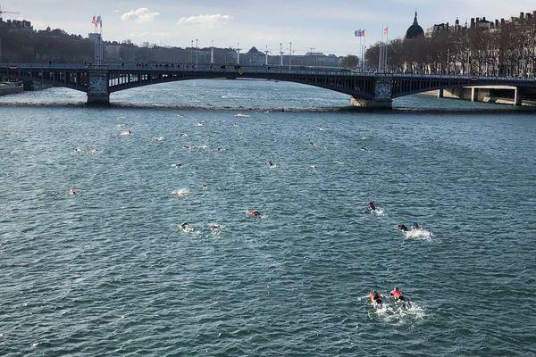 Le soleil a permis aux participants de mieux supporter la fraîcheur de l'eau