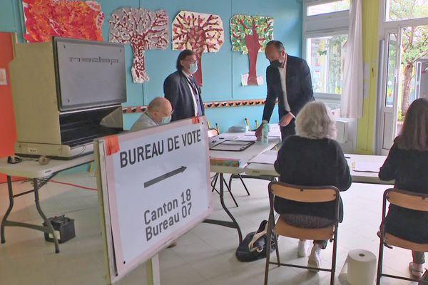 20 juin 2021- 8h20 : Edouard Philippe a voté au Havre. A gauche : posée sur une table,  la machine de vote électronique