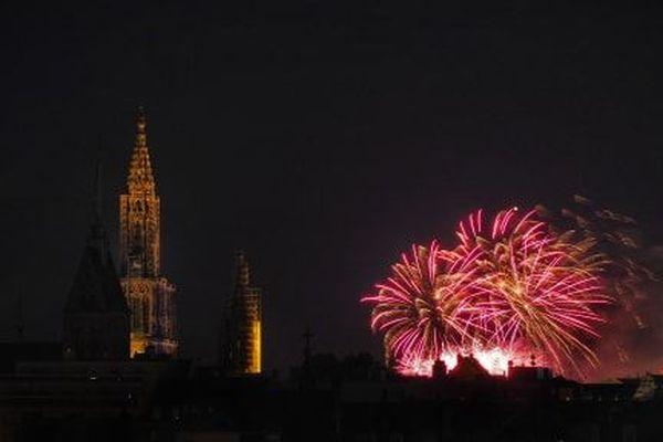 Le feu d'artifice strasbourgeois fait la part belle au rose, de quoi accentuer la couleur des blocs de grès composant la cathédrale.