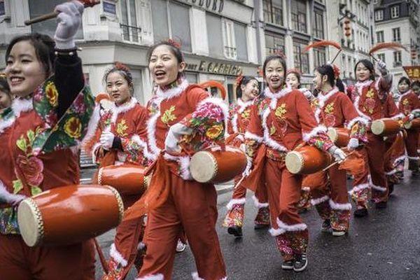 Les défilés du Nouvel An Chinois ont illuminé de leurs couleurs et leur bonne humeur les rues de la capitale pour fêter l'entrée dans l'année de la chèvre.