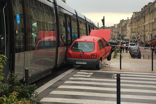 Une voiture est entrée en collision avec un tramway ce dimanche 25 octobre, place Bir Hakeim à Bordeaux.