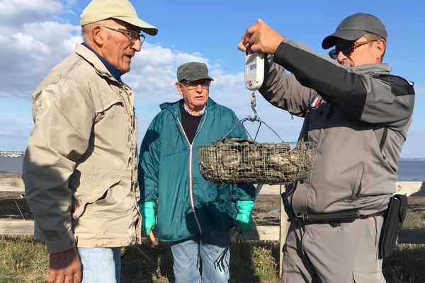 A la Plaine-Sur-Mer les pêcheurs trop gourmands doivent parfois remettre les coquillages à l'eau.