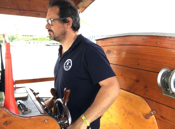 Giovani, le capitaine de la toue cabanée Détours en Loire