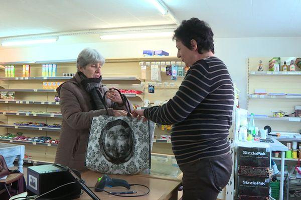 Marie-Odile Kolodziejzak en compagnie d'une cliente.