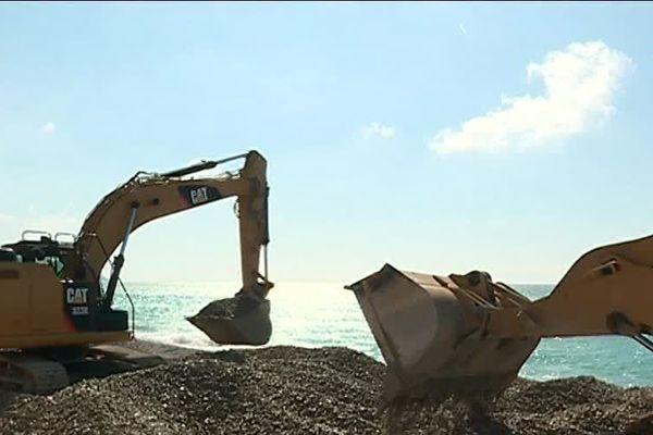 Les pelleteuses engraissent les plages de galets de Nice