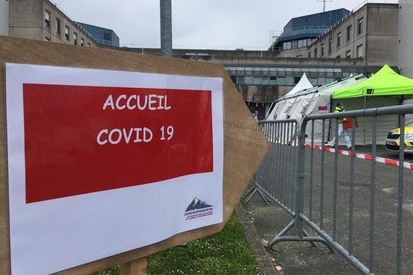 Dès leur arrivée à l'hôpital de Pau, les patients atteints du Covid-19 sont orientés sous cette tente médicalisée.