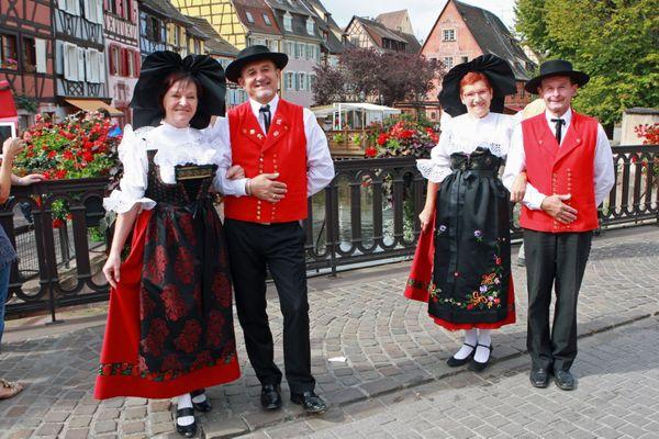 Le groupe folklorique alsacien Holatrio Hop'sasa, en démonstration à Colmar (Haut-Rhin)