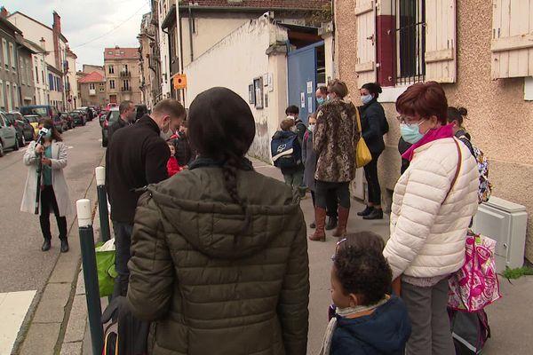 Des enfants résignés à porter le masque dès 6 ans, des parents dubitatifs quant à son efficacité lors du retour en classe, ce matin devant l'école privée nancéienne Jeanne du Lys-Saint-Vincent.